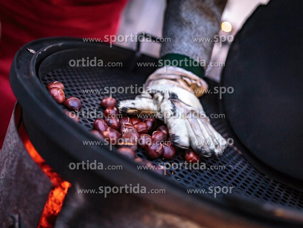 THEMENBILD - ein Mann röstet Maroni (Edlekastanien) auf einem Ofen am Adventmarkt, aufgenommen am 03. Dezember 2017, Kaprun, Österreich // a man roasts chestnuts on a stove at the Advent market on 2017/12/03, Kaprun, Austria. EXPA Pictures © 2017, PhotoCredit: EXPA/ Stefanie Oberhauser