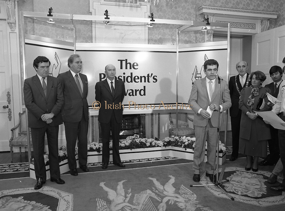 28/10/1985<br /> 10/28/1985<br /> 28 October 1985<br /> Launch of Gaisce The Presidents Award at Aras an Uachtarain. President Dr. Patrick Hillery launched the new national youth award scheme to be the nations highest award to Irish young people aged 15-25. Picture shows Mr. John Murphy, Executive Director of the Award  speaking at the launch. Tony O'Reilly (2nd left) and President Hillery (3rd left) are also in the image.