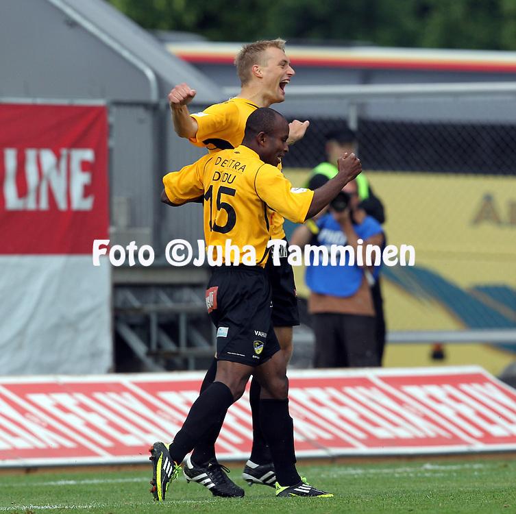 9.7.2012, Veritas stadion (Kupittaa), Turku..Veikkausliiga 2012..FC TPS Turku - FC Honka..Macpherlin Dudu & Tim V?yrynen (Honka) juhlivat johtomaalia..
