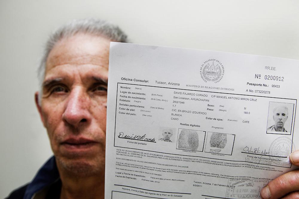 David Fajardo Corado fue deportado de los EE.UU. como Manuel Antonio Cruz Mir&oacute;n, un hombre de 45 a&ntilde;os, tambien de El Salvador. Explico a Seguridad Nacional de EE.UU. que &quot;el es David Fajardo Corado y  de 62 a&ntilde;os de edad&quot;, pero nadie lo escuch&oacute; y fue deportado como un hombre distinto. &quot;Ellos me env&iacute;an fuera del pa&iacute;s, pero me hicieron 15 a&ntilde;os a&ntilde;os m&aacute;s joven. Por lo menos gano algo de Am&eacute;rica ...&quot;, el explica con una sonrisa sinica.<br /> Familiares de David pagaron 6000 us$ para llevar a David a EE.UU.