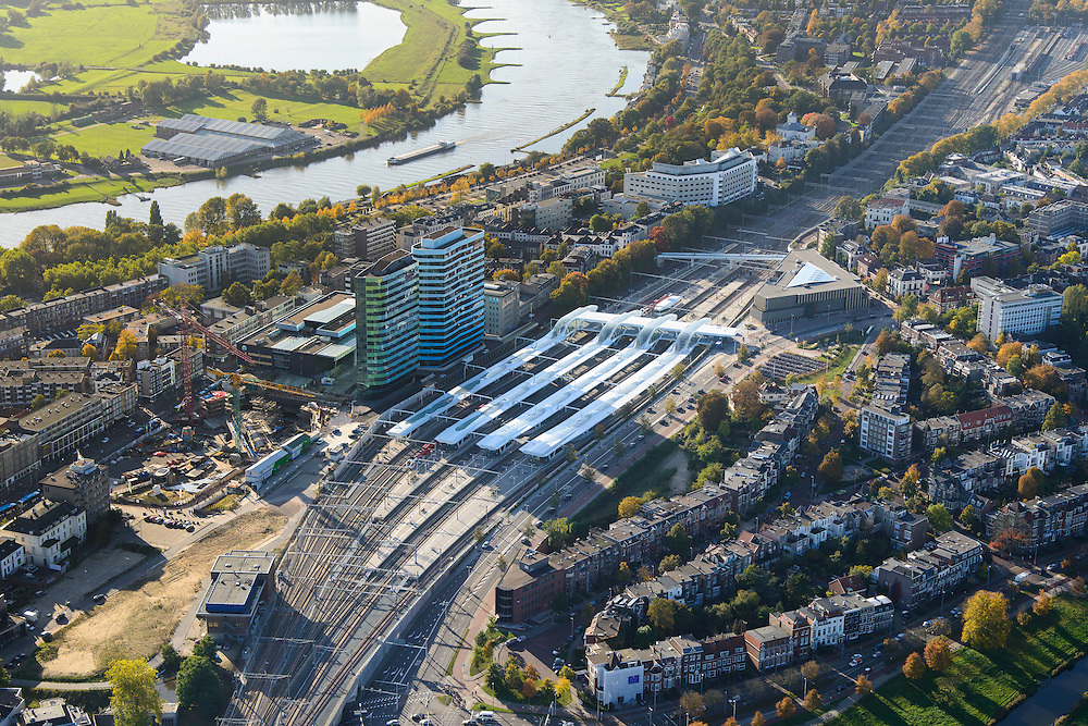 Nederland, Gelderland, Arnhem, 24-10-2013; centrum van de stad met station Arnhem Centraal met nieuwe stationshal, ontwerp UNStudio. Naast het station de kantoortorens van Essent en Arcadis. Rivier de Neder-Rijn.<br /> Central Station Arnhem with new  building.<br /> luchtfoto (toeslag op standaard tarieven);<br /> aerial photo (additional fee required);<br /> copyright foto/photo Siebe Swart.