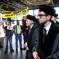 Nederland, Amsterdam , 1 september 2014.<br /> Actie tijdens opening van het Academisch jaar in de Vu<br /> Manifest opgesteld door de Abvakabo FNV, CNV Publieke Zaak, VAWO, Titanic, H.NU en de Verontruste VU' ers.<br /> manifestatie voorafgaand aan de opening van het academisch jaar.<br /> Vind je dat de VU een universiteit is en geen vastgoedontwikkelaar? Heb je ook je buik vol van het monomane bestuur? Wil je als student of medewerker graag serieus genomen worden door CvB en directeuren? Wil je over hun benoeming iets te zeggen hebben? Kom dan naar de manifestatie <br /> Foto:Jean-Pierre Jans