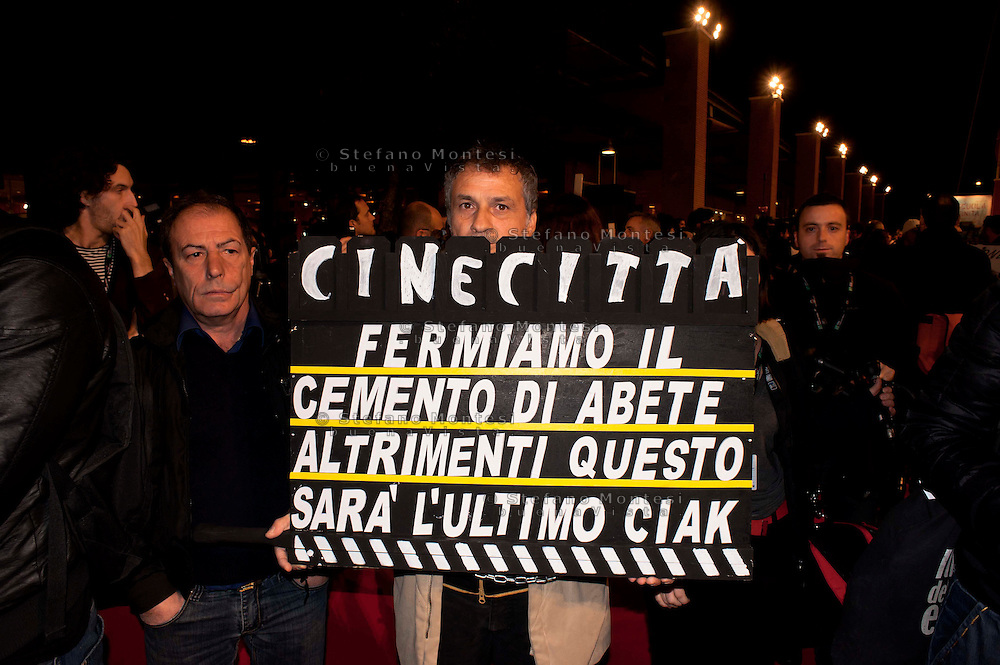 Roma, 28 Ott 2010.Protesta dei lavoratori dello spettacolo. .I lavoratori dello spettacolo hanno occupato il red carpet al Roma Cinema Festival per protestare contro i tagli del governo..Rome, October 28, 2010.Workers' protest of the show..Workers of the show have occupied  the red carpet at the Rome Film Festival to protest against government cuts