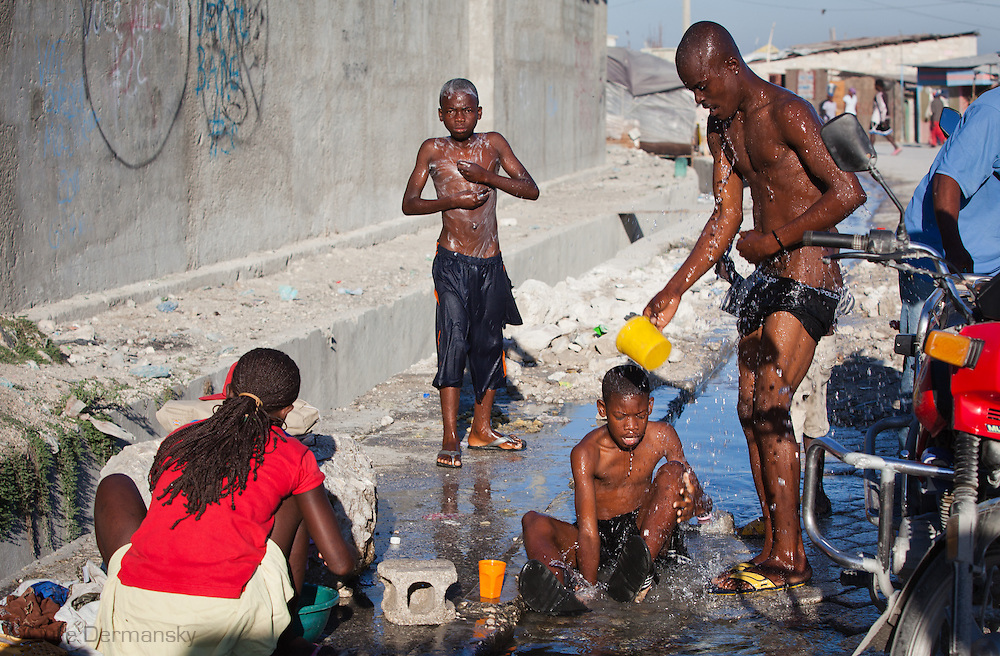Water use in Warf Jeremey in Port-au-Prince where many got cholera .