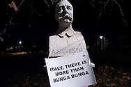 Roma 7 Febbraio 2011.Le statue di Roma tornano a parlare,  durante la notte  sono stati appesi dei cartelli sulle staue che fanno riferimento alla situazione politica attuale. Statua al Gianicolo