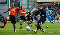 Photo: Paul Thomas/Sportsbeat Images.<br /> Hibernian v Dundee United. Clydesdale Bank Premier League. 24/11/2007.<br /> <br /> Alan O'Brien (R) of Hibs shoots for goal..