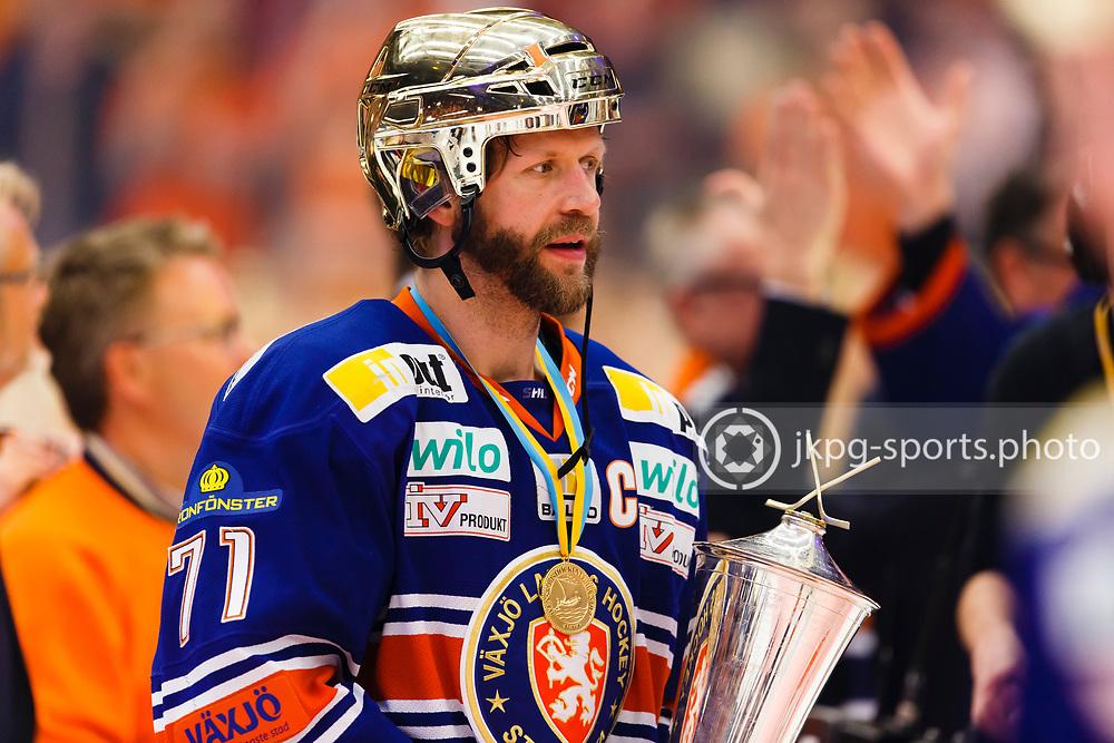 150423 Ishockey, SM-Final, V&auml;xj&ouml; - Skellefte&aring;<br /> Tomi Kallio, V&auml;xj&ouml; Lakers Hockey med pokalen &quot;Le Mat&quot;.<br /> &copy; Daniel Malmberg/Jkpg sports photo