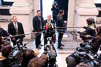 18 FEB 2005, BERLIN/GERMANY:<br /> Joschka Fischer, B90/Gruene, Bundesaussenminister, gibt ein Pressestatement, auf dem Weg in eine Sitzung des Bundesrates, Bundesrat<br /> IMAGE: 20050218-01-005<br /> KEYWORDS: Mikrofon, microphone, Kamera, Camera, Journalist, Journalisten