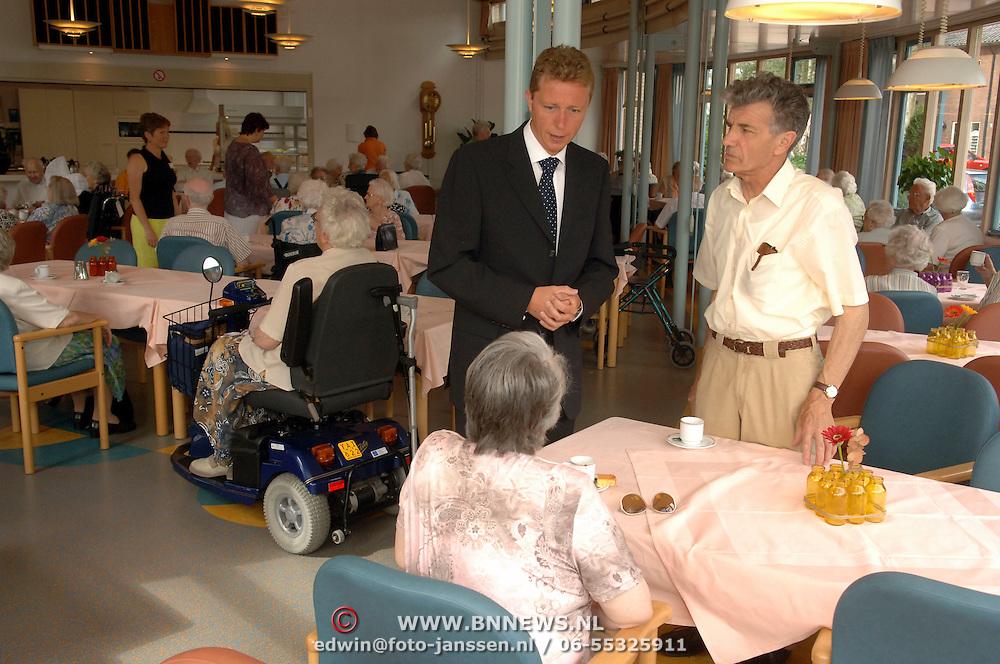 NLD/Huizen/20060710 - Burgemeester van Gils bezoekt de bewoners van bejaardentehuis Vooranker Huizen