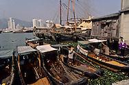 Macau. border point (only for the fishermen) in inner harbour (Pearl river) in front of Zouhai (China)   ///  frontière réservée au pêcheurs de la rivière des perles. Macao. arrivée des chinois sur des barques en face Zouhai / ville nouvelle construite en 95. /// R211/12    L1610  /  R00211  /  P0006585