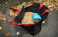 "Deutschland, DEU, Berlin, 2002: Tasche des Taubenfuetteres ""Miro"" gefuellt mit Taubenfutter. 