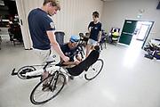 De trainingsfiets wordt binnen gebracht met een lekke band. Het Human Power Team Delft en Amsterdam, dat bestaat uit studenten van de TU Delft en de VU Amsterdam, is in Amerika om tijdens de World Human Powered Speed Challenge in Nevada een poging te doen het wereldrecord snelfietsen voor vrouwen te verbreken met de VeloX 7, een gestroomlijnde ligfiets. Het record is met 121,44 km/h sinds 2009 in handen van de Francaise Barbara Buatois. De Canadees Todd Reichert is de snelste man met 144,17 km/h sinds 2016.<br /> <br /> With the VeloX 7, a special recumbent bike, the Human Power Team Delft and Amsterdam, consisting of students of the TU Delft and the VU Amsterdam, wants to set a new woman's world record cycling in September at the World Human Powered Speed Challenge in Nevada. The current speed record is 121,44 km/h, set in 2009 by Barbara Buatois. The fastest man is Todd Reichert with 144,17 km/h.