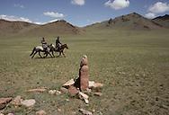 Mongolia. deer stone sculpture; bronze age  Enbulag       / Cavaliers visitant une statue anthropomorphe. (Granit, VI-VIIIème siecle). / Exemple de l'art monumental des nomades d'Asie Centrale, ce type de statue monolithe, représente une  - 'idole de pierre -  (KUN TCHULUU). D'après la coutume du culte des Ancêtres, ce genre de statue était érigée à la surface d'une tombe d'un noble guerrier, à l'époque des Turcs Célestes. Sortes de mémorial, certains de ces monuments ont subi l'érosion du temps et ne subsistent que sous cette forme grossièrement anthropomorphe. (Sum de EKBULAG dans l'aymag de ZAVQAN  / /14    L920720a  /  P0002619