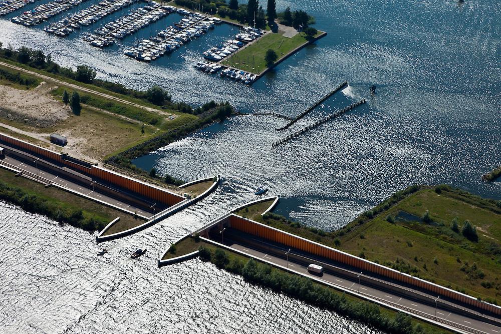 Nederland, Gelderland, Gemeente Harderwijk, 06-09-2010; weg N 302, de Knardijk met Aquaduct Veluwemeer tussen Wolderwijd en Veluwewemeer (Randmeren). Jachthaven De Knar..luchtfoto (toeslag), aerial photo (additional fee required).foto/photo Siebe Swart