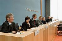 """24 OCT 2000, BERLIN/GERMANY:<br /> Dr. Eckhardt Wohlers, HWWA, Dr. Elke Schaefer-Jaeckel, RWI, Prof. Dr. Joachim Scheide, IfW, Dr. Willi Leibfritz, ifo, Gustav-Adolf Horn, DIW, Dr. Silke Tober, IWH, Daniel Goffart, Leitung BPK, Dr. Udo Ludwig, IWH, (v.L.n.R), Pressekonferenz zur Veroeffentlichung des Gutachtens """"Die Lage der Weltwirtschaft und der deutschen Wirtschaft im Herbst 2000"""", Bundespressekonferenz<br /> IMAGE: 20001024-01/01-35<br /> KEYWORDS: Wirtschaftsweise"""