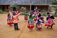 Vietnam. Haut Tonkin. Region de Bac Ha. École primaire de Bac Ha. Ethnie Hmong fleur. // Vietnam. North Vietnam. Bac Ha area. Primary school at Bac Ha. Flower Hmong ethnic group.