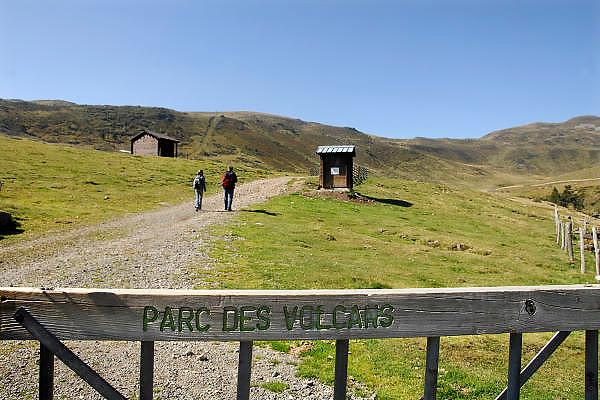 Frankrijk, Auvergne, 20-9-2008Wandelaars wandelen op een dome in het parc des volcans, park van de vulkanen, in de omgeving van Clermont-Ferrand.Hikers walking on a dome in the Parc des Volcan, park of the volcanoes in the vicinity of Clermont-Ferrand.Foto: Flip Franssen/Hollandse Hoogte