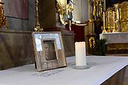 Lech - 0osterijk, de dag voor de fotosessie van de koninklijke familie. In de kerkt blijft men Friso Herdenken<br /> <br /> Lech - 0osterijk, the day before the shoot of the royal family. In kerkt one remains Friso Commemorate<br /> <br /> OP de foto/ On the photo:  In de oude dorpskerk van Lech staat op een zij-altaar een ingelijste foto van Prins Friso, vergezeld van een kaars en een handgeschreven kaart. <br /> <br /> In the old village church Lech is on a side altar a framed picture of Prince Friso, accompanied by a candle and a handwritten card.