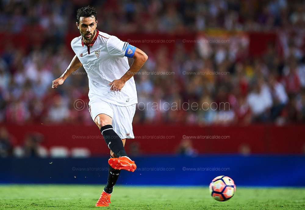 SEVILLE, SPAIN - SEPTEMBER 20:  Vicente Iborra of Sevilla FC in action during the match between Sevilla FC vs Real Betis Balompie as part of La Liga at Estadio Ramon Sanchez Pizjuan on September 20, 2016 in Seville, Spain.  (Photo by Aitor Alcalde Colomer/Getty Images)