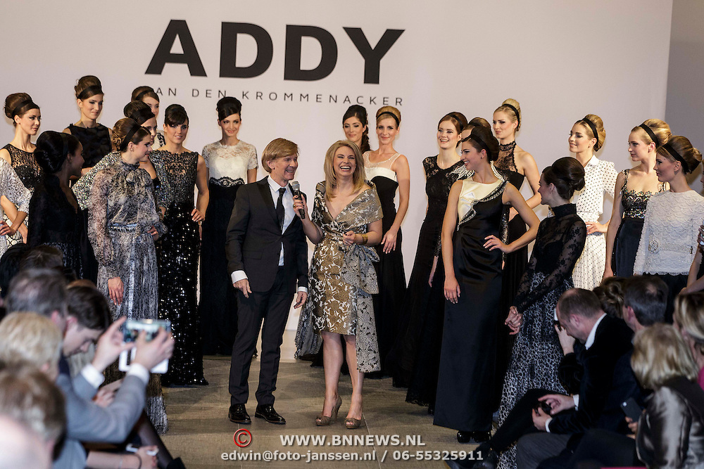 NLD/Laren/20150124 - Modeshow Addy van den Krommenacker Fall Winter 2015 'London revisited', Addy en Pernille la Lau op de catwalk