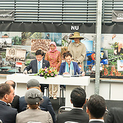 NLD/Bleiswijk/20181122 - Koningin Maxima en president Halimah brengenbezoek aan Horticultural Centre Bleiswijk, ondertekening samenwerking  L. Khin Yong en mevrouw Fresco met Koningin Maxima en President Halimah Yacob