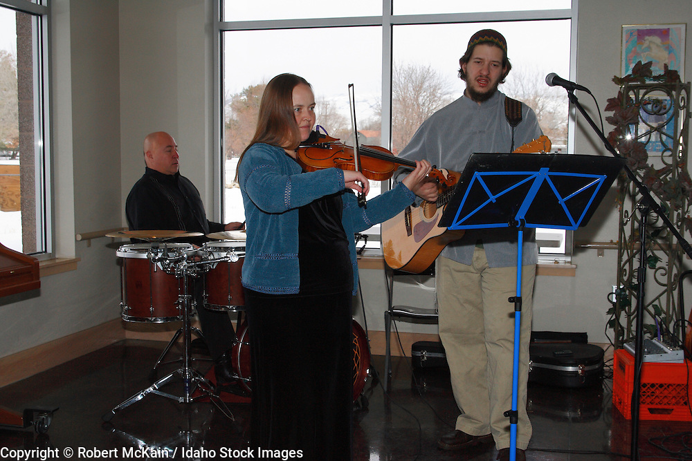 IDAHO. Boise. Jewish folk musicians at Bat Mitzvah celebration. December 2008. #pa080722 MR
