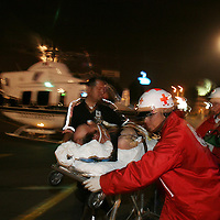 Metepec, Mex.- Rescatistas aeromedicos del agrupamiento relampagos de la policia trasladan de Valle de Bravo a esta ciudad un lesionado en estado grave, siendo apoyados en su recepcion por paramedicos de la cruz roja. Agencia MVT / Mario Vazquez de la Torre. (DIGITAL)<br /> <br /> NO ARCHIVAR - NO ARCHIVE