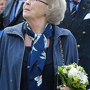 NLD/Loosdrecht/20120623 - Koningin Beatrix bezoekt vlootschouw nij het 100 jarig bestaan van watersportvereniging WNL  , Koningin Beatrix kijkt omhoog naar de balonnen