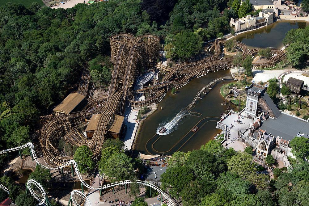 Nederland, Noord-Brabant, Gemeente Loon op Zand., 08-07-2010; Kaatsheuvel, .attractiepark de Efteling, overzicht attracties: Joris en de Draak - .nieuwe houten racer-achtbaan,  De Vliegende Hollander - waterachtbaan (met kasteel) en de Python - achtbaan (met diverse 'loops')..The theme park Efteling, overview  with he St George and the Dragon -.new wooden racer roller coaster, The Flying Dutchman water roller coaste (with castle) and  the Python (roller coaster with loops)..luchtfoto (toeslag), aerial photo (additional fee required).foto/photo Siebe Swart