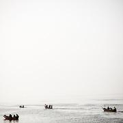 Les pirogues du matin quittent le quai de pêche de Thiaroye-sur-mer