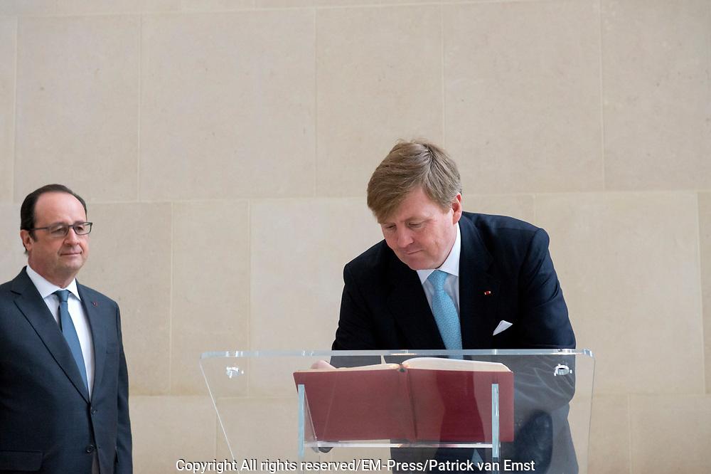 Staatsbezoek aan Frankrijk dag 1 - Staatsbezoek aan Frankrijk dag 1 - Louvre<br /> <br /> State Visit to France Day 1 - Staatsbezoek aan Frankrijk dag 1 - Louvre<br /> <br /> Op de foto / On the photo:  Koning Willem-Alexander en koningin Maxima komen aan in Het Louvre met president Hollande