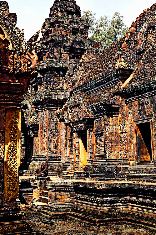 Angkor, Banteay Srei: cluster of sanctuaries in the center of the complex. Tiny chapels are sited close together, giving a somewhat claustrophobic feeling to some visitors.