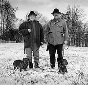 Chasseurs avec chiens; Jäger mit Hündchen. Schmitten, 2004. © Romano P. Riedo