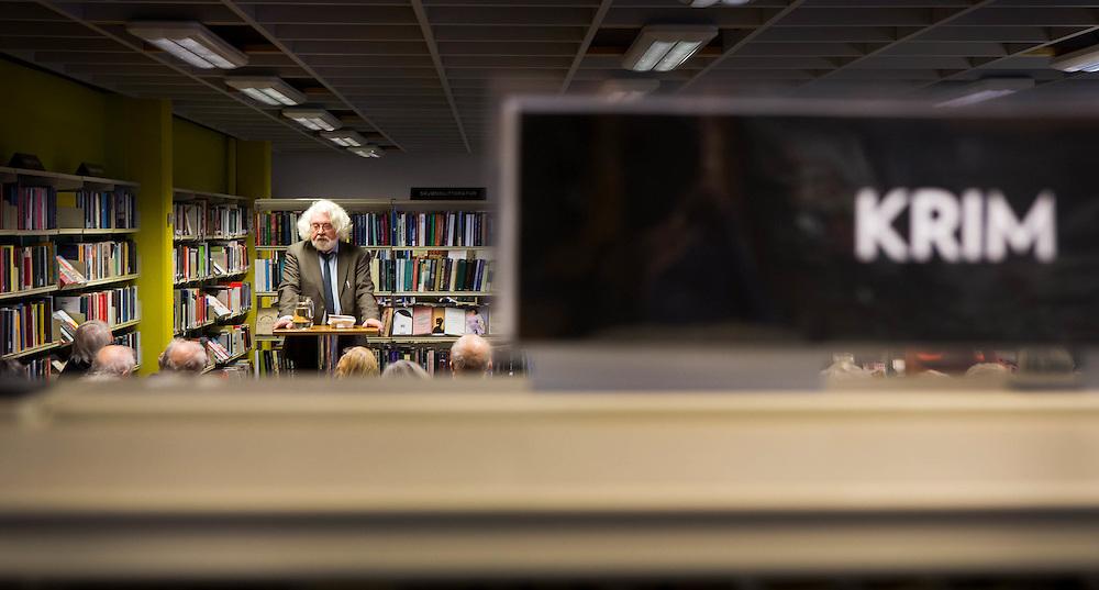 OSLO 2015-11-26/27: Del av fotoreportasje fra Deichmanske biblioteker i Oslo. Tema er biblioteket som m&oslash;teplass. <br /> <br /> Biblioteket er ogs&aring; et sted &aring; m&oslash;te skaperne av b&oslash;kene. Edvard Hoems frokostm&oslash;te mellom bokhyllene er fulltegnet av leselystne.&nbsp;FOTO:&nbsp;WERNER&nbsp;JUVIK