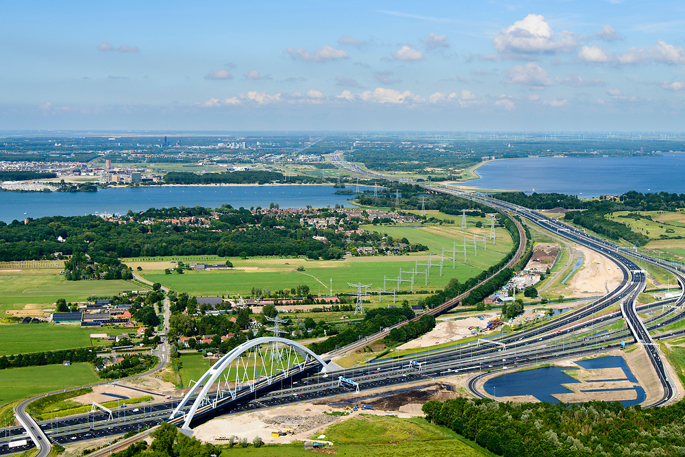 Nederland, Noord-Holland, Gemeente Muiden, 13-06-2017; Knooppunt Muiderberg, spoorbrug over de A1, de Zandhazenbrug in de avondschemering. Spoorlijn Almere-Amsterdam, Gooimeer. Muiderberg junction, near Amsterdam w railwaybridge. Foto richting Almere.<br /> luchtfoto (toeslag op standaard tarieven);<br /> aerial photo (additional fee required);<br /> copyright foto/photo Siebe Swart