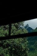 Vue de la Dent de Broc depuis la fenêtre d'un wagon des TPF. Enney, Gruyère. © Romano P. Riedo