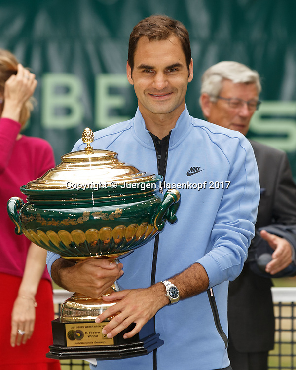 ROGER FEDERER (SUI), Siegerehrung, Praesentation<br /> <br /> Tennis - Gerry Weber Open - ATP 500 -  Gerry Weber Stadion - Halle / Westf. - Nordrhein Westfalen - Germany  - 25 June 2017. <br /> &copy; Juergen Hasenkopf