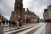 Een man rijdt over het Muntplein in Amsterdam.<br /> <br /> A man rides at the Munt Square in Amsterdam.