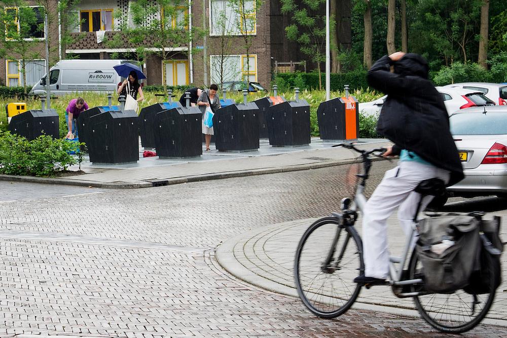 In Utrecht gooien mensen hun afval gescheiden weg in de speciale ondergrondse containers.<br /> <br /> In Utrecht, people seperate their garbage in special underground containers.