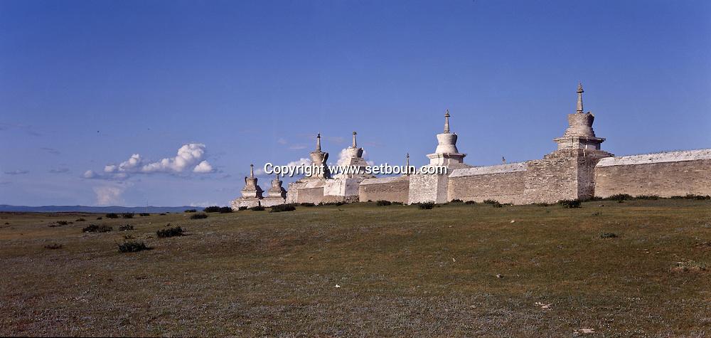 Mongolia. monastery Karakorum  Erden Zuu      /  Muraille de stupas et porte Est de ERDENI ZUU (XVIème siècle)./  Le mur d'enceinte du monastère, de forme rectangulaire, comprend 25 stupas de chaque côté, plus 2 stupas à chaque angle, hors de la muraille. Au centre, une porte monumentale de style chinois, réhaussée d'un pavillon donne accès au monastère. Tout en briques, ce rempart dans sa version actuelle, date de 1804. (QARAQORIN