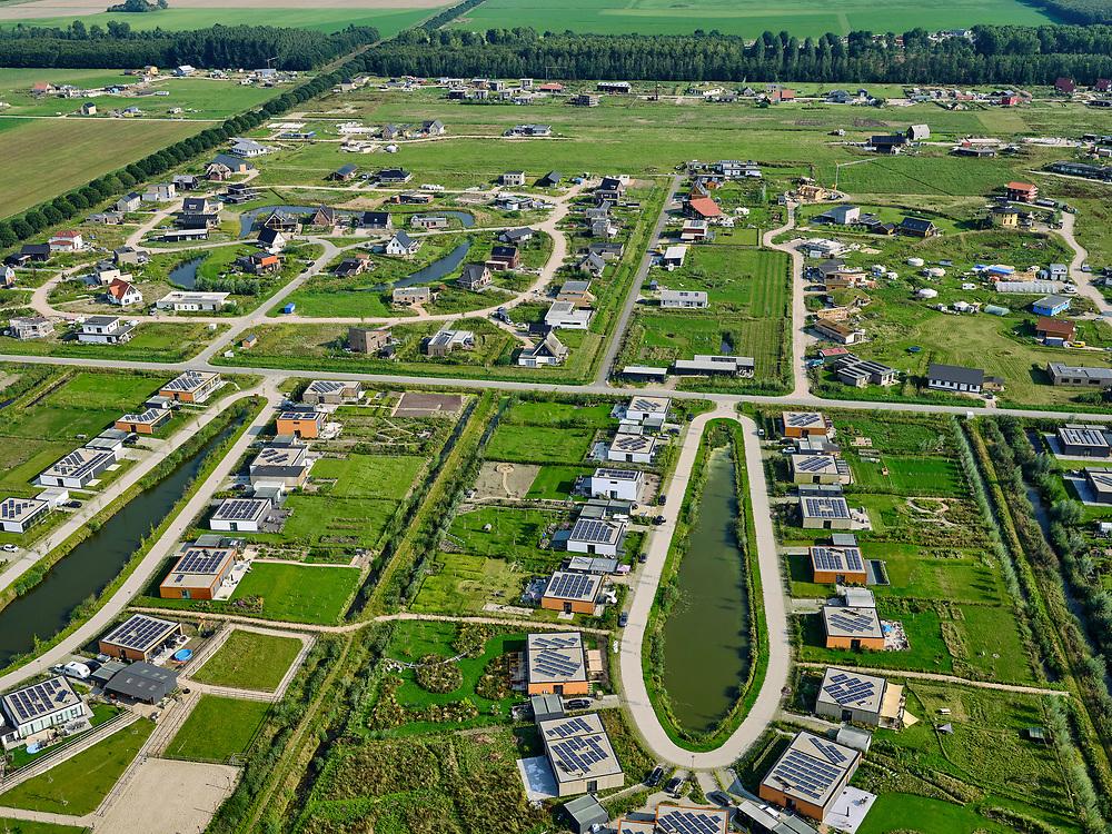 Nederland, Flevoland, Almere Hout, 26-08-2019; Almere Oosterwold, zelfbouw kavels, waarbij de bewoners ook moeten zorgen voor infrastructuur als wegen, energievoorziening, afvalwaterzuivering en waterberging. Men spreekt van doe-het-zelf-gebiedsontwikkeling.<br /> DIY plots, where residents also are responsible for infrastructure such as roads, energy supply, waste water treatment and water storage. So-called do-it-yourself area development.<br /> <br /> luchtfoto (toeslag op standard tarieven);<br /> aerial photo (additional fee required);<br /> copyright foto/photo Siebe Swart