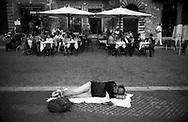 Roma  1998.Un  uomo legge un libro sdraiato  in piazza Navona.Rome  .A man reads a stretched out book in Navona plaza