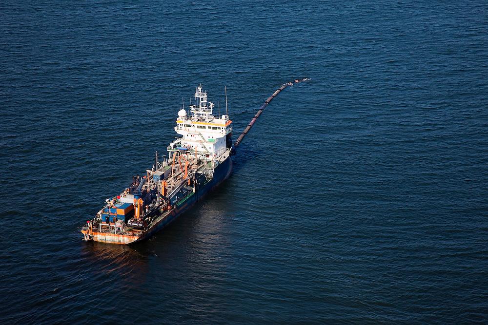 Nederland, Zuid-Holland, Monster, 18-03-2009; Sleephopperzuiger HAM 311 van de Hollandsche Aanneming Maatschappij voor de Kust van Delfland. Het schip is verbonden met een persleiding en spuit zand op het strand. Deze zandsuplletie dient om de kust te versterken. Door de geringe diepgang kan het schip tot vlak onder de kust werken. <br /> Hopper dredger HAM 311 at work at the coast of Delfland. The ship is connected to a high pressure pipes and sprays sand on the beach. The sand-supplementation serves to strengthen the coast. Due to the small gauge, the ship can work near the coast.<br /> Swart collectie, luchtfoto (25 procent toeslag); Swart Collection, aerial photo (additional fee required); <br /> foto Siebe Swart / photo Siebe Swart