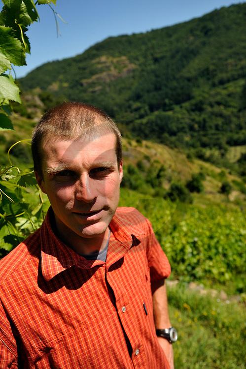 23/07/08 - MOLOMPIZE - CANTAL - FRANCE - Stephan ELZIERE, producteur de vin biologique sur les terrasses de Molompize - Photo Jerome CHABANNE