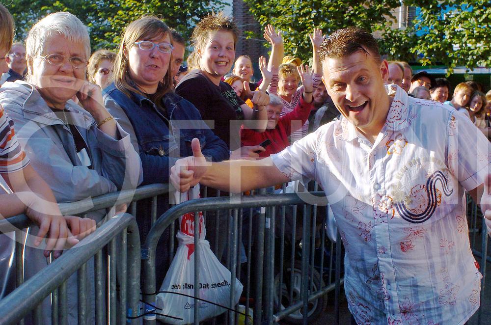 060816,zwolle,nederland,<br /> harm wolters zonder familie maar met zijn fans op zijn feest op het gasthuisplein in zwolle,<br /> fotografie frank uijlenbroek&copy;2006 sander uijlenbroek,