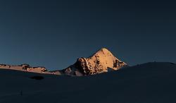 THEMENBILD, der Gipfel des Kitzsteinhorn Gletschers bei Sonnenuntergang, aufgenommen am 18.05.2017, Kitzsteinhorn, Kaprun, Österreich // The summit of the Kitzsteinhorn glacier at sunset at the Kitzsteinhorn Glacier in Kaprun, Austria on 2017/05/18. EXPA Pictures © 2017, PhotoCredit: EXPA/ JFK
