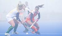 ARNHEM - Hockey. Kelly Jonker woensdag tijdens de oefeninterland in dichte mist tegen Zuid Afrika. FOTO KOEN SUYK