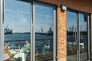 Spiegelung des Hafens im Fenster, Restaurant Lutter und Wegener, Altona, Hamburger Hafen, Hamburg, Deutschland.|.reflection in window, Restaurant Lutter und Wegener, Altona, port, Hamburg, Germany