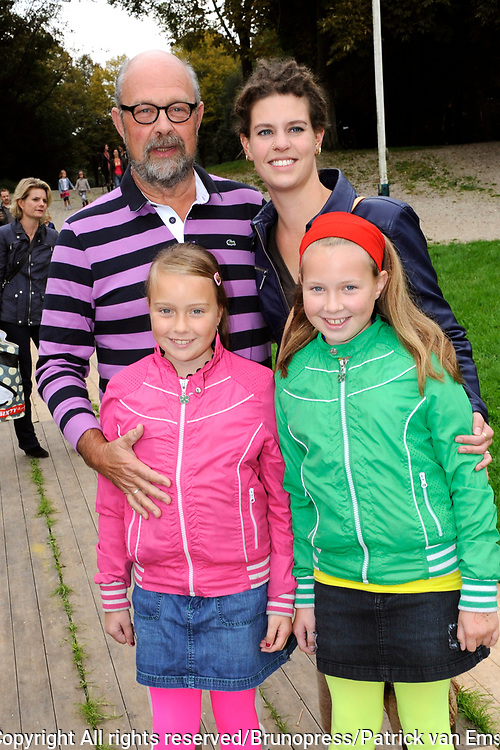 Prinses Maxima en haar drie dochters bij premiere Fantasia de Muisical<br /> <br /> Op de foto:  Bert Simhoffer