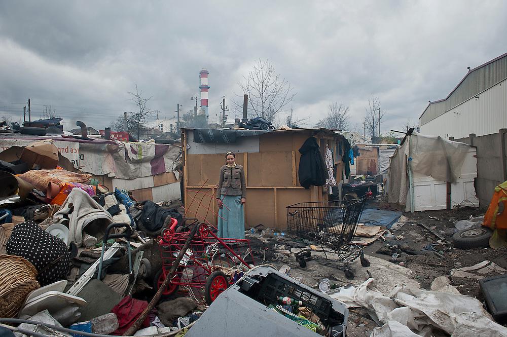 archief/illustatie<br /> <br /> vrouw in sloppenwijk in Stains, Groot Parijs, 2 april 2010.<br /> <br /> Roma-sloppenwijk in Stains, 6,5 kilometer van Parijs. Door het anti-roma beleid van president Sarkozy, worden de kampen rond Parijs ontruimd.